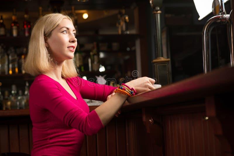Femme avec une cuvette de café photographie stock