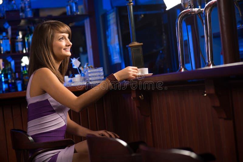 Femme avec une cuvette de café images libres de droits