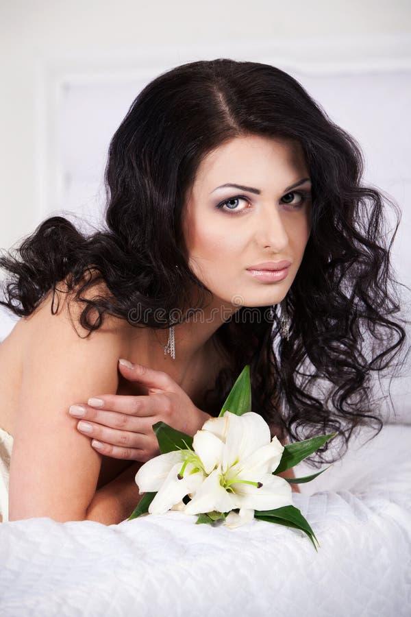 Femme avec une fleur image stock