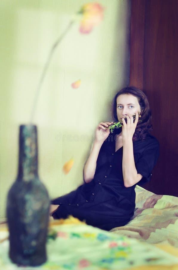 Femme avec une fleur image libre de droits
