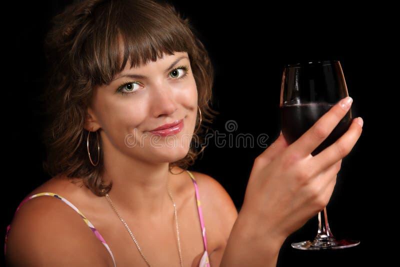 Femme avec une glace de vin image stock