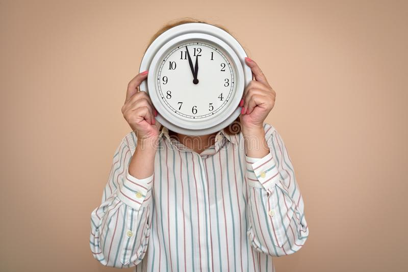 Femme avec une grande horloge images stock