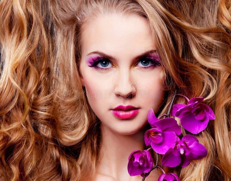 Femme avec une orchidée images stock