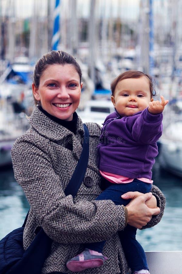 Femme avec une petite fille images stock