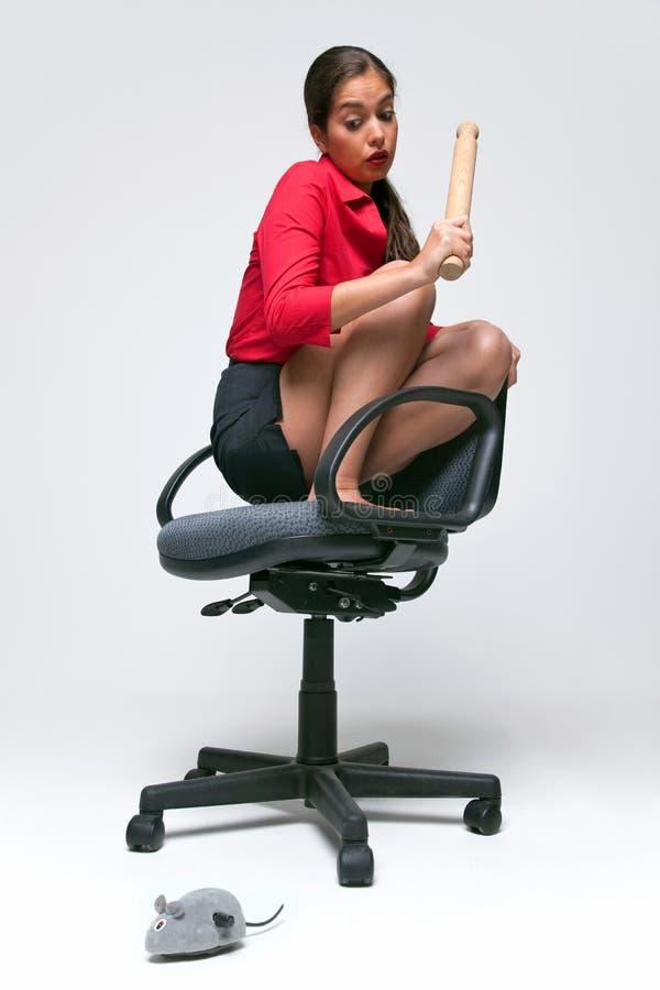 Femme avec une phobie de souris. photo stock