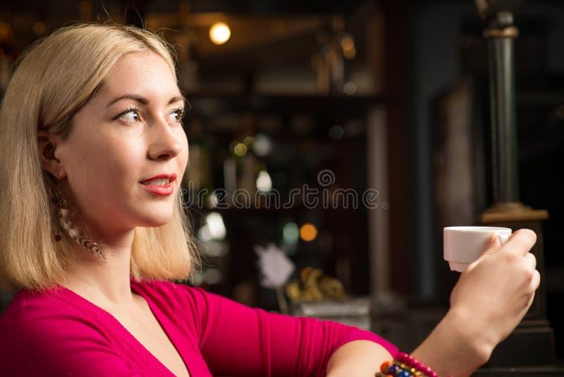 Femme avec une tasse de café image libre de droits