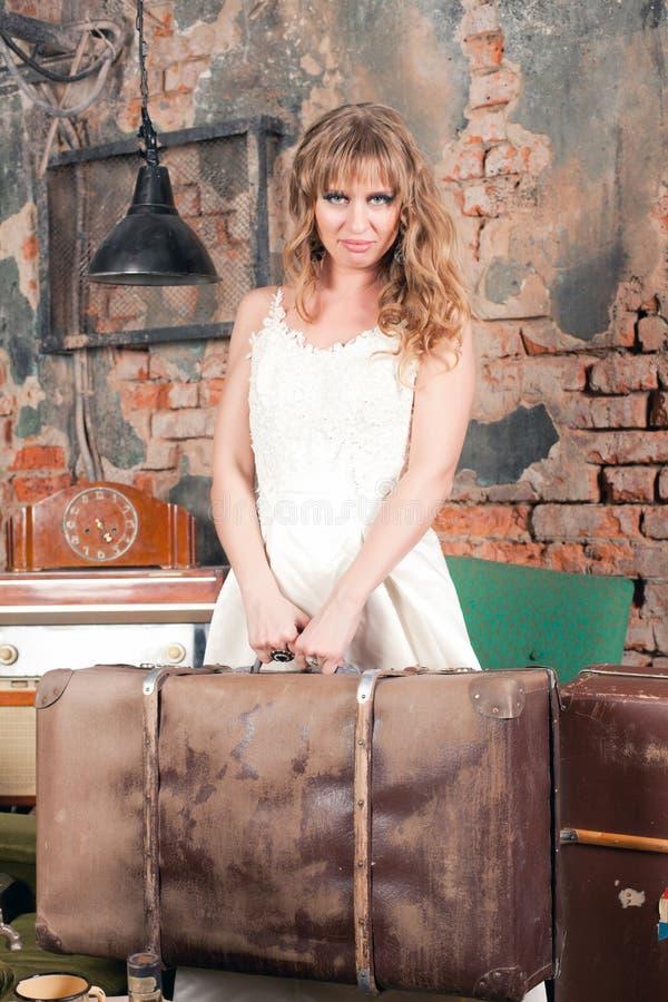 Femme avec une valise photo libre de droits