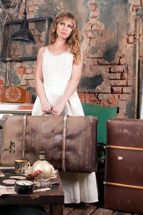 Femme avec une valise photo stock