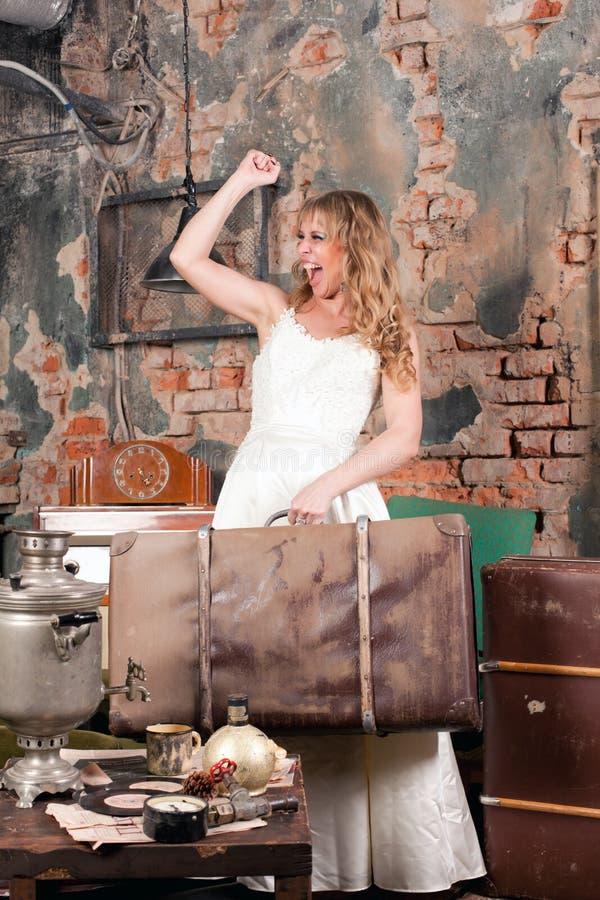 Femme avec une valise image stock