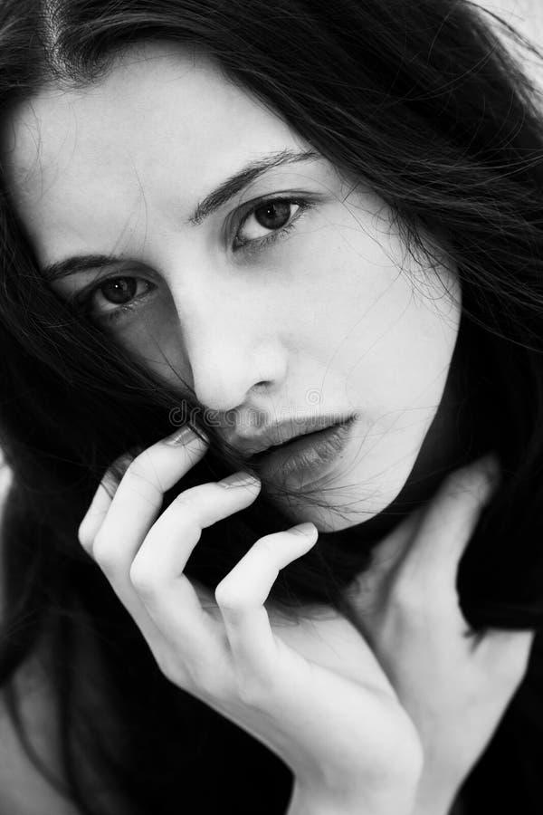 Femme avec yeux piercing profonds photo stock