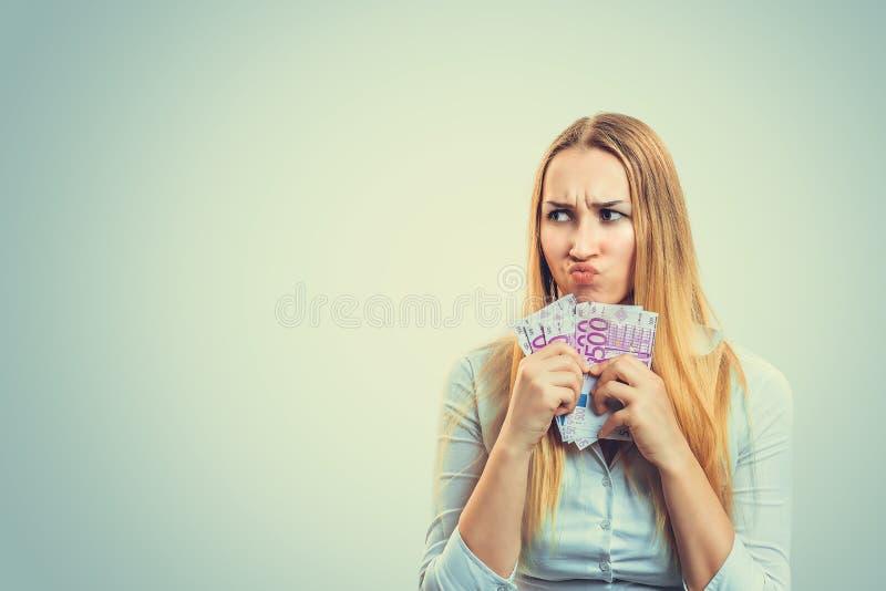 Femme avide avec la pile de l'argent image stock