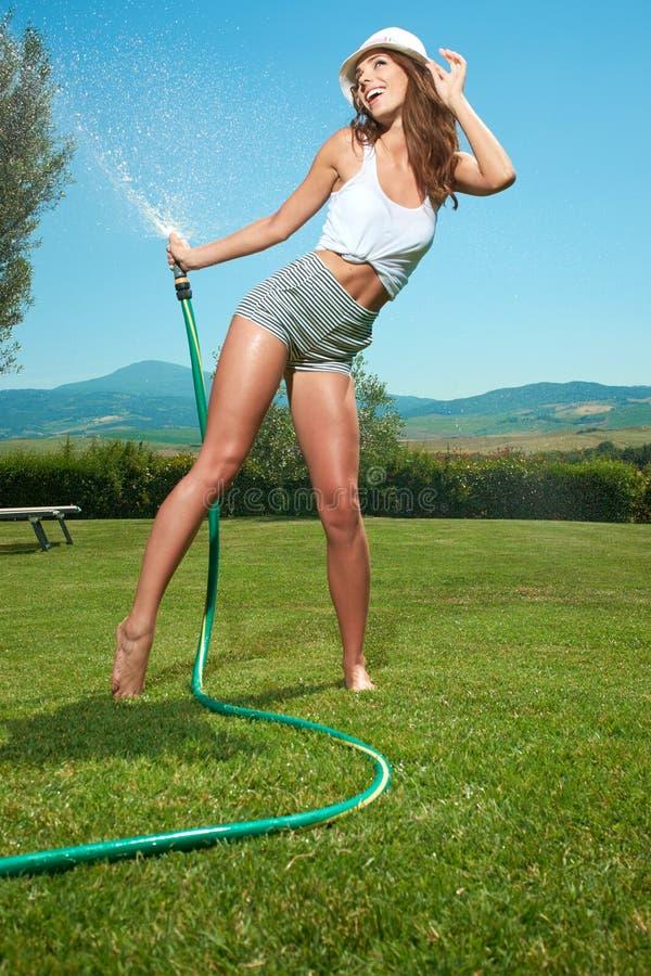 femme ayant l'amusement dans le jardin d'été images libres de droits
