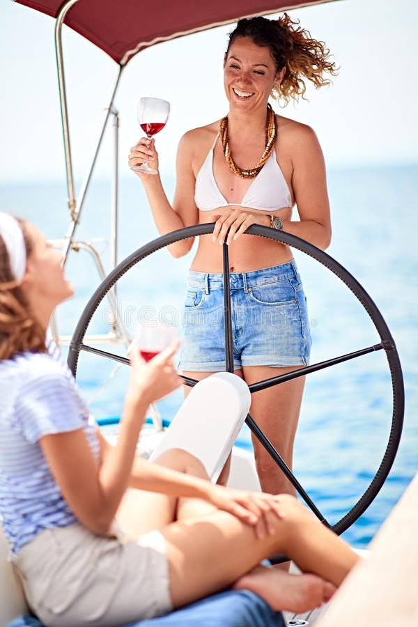 Femme ayant l'amusement des vacances de vacances d'été - voyage, vacances, mode de vie de la jeunesse, amitié et concept tropical image stock