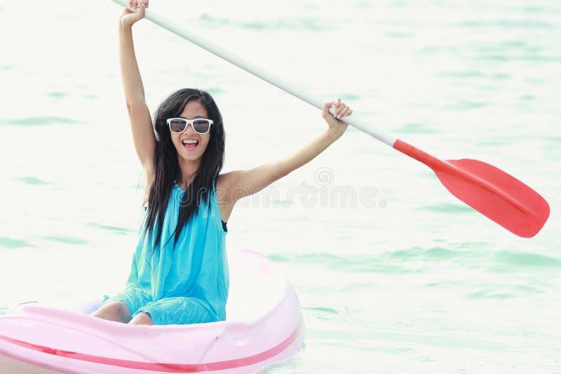 Femme ayant l'amusement kayaking images libres de droits