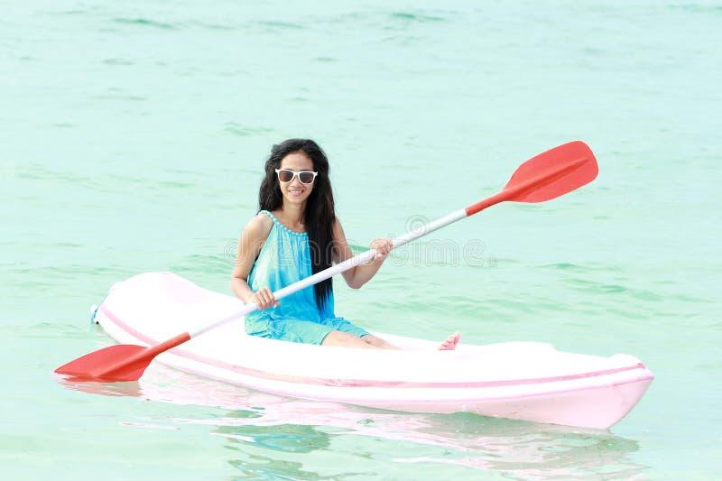 Femme ayant l'amusement kayaking photo libre de droits