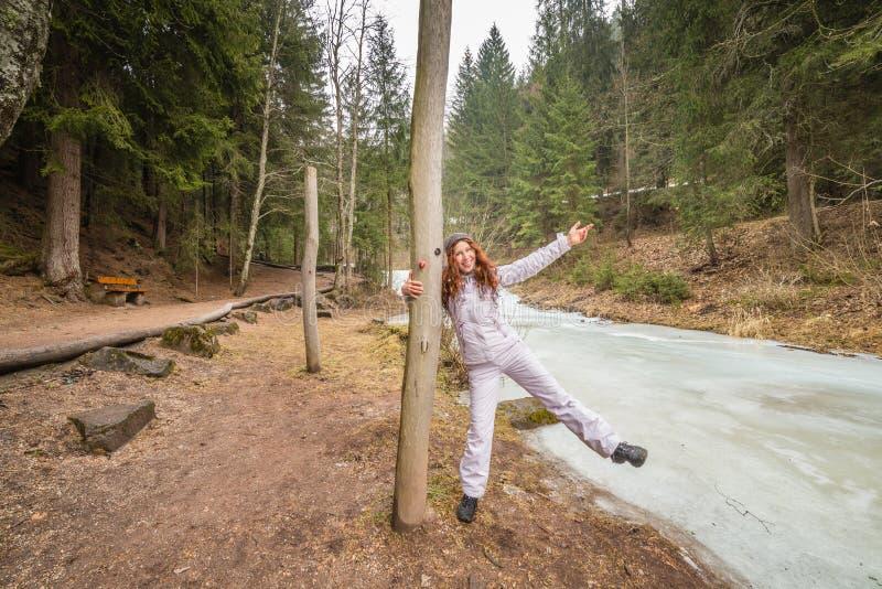 Femme ayant l'amusement près de la rivière congelée image stock