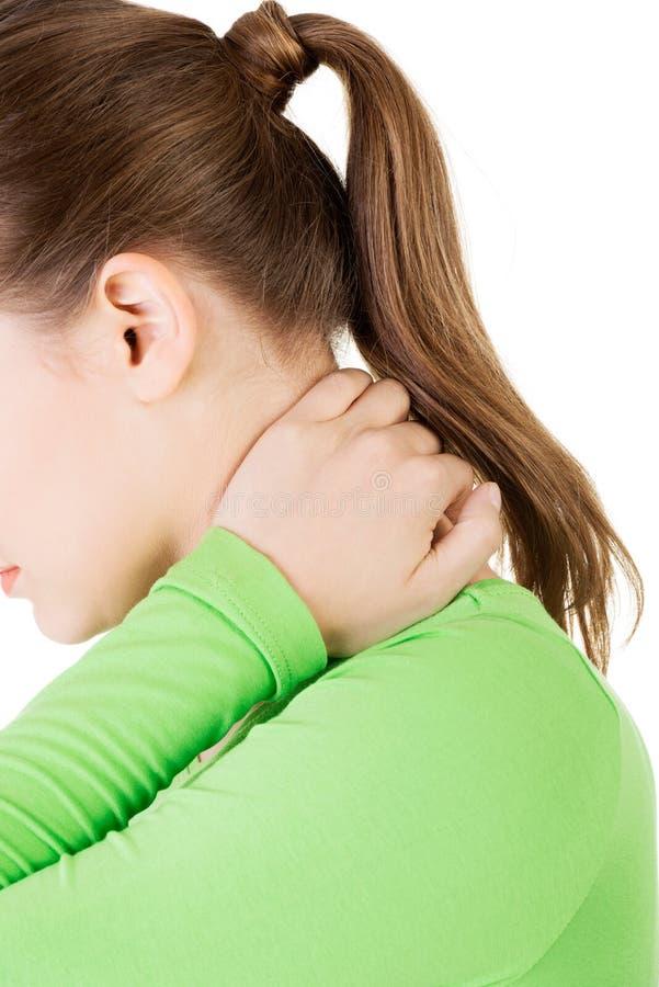 Femme ayant la douleur cervicale se massant photos libres de droits