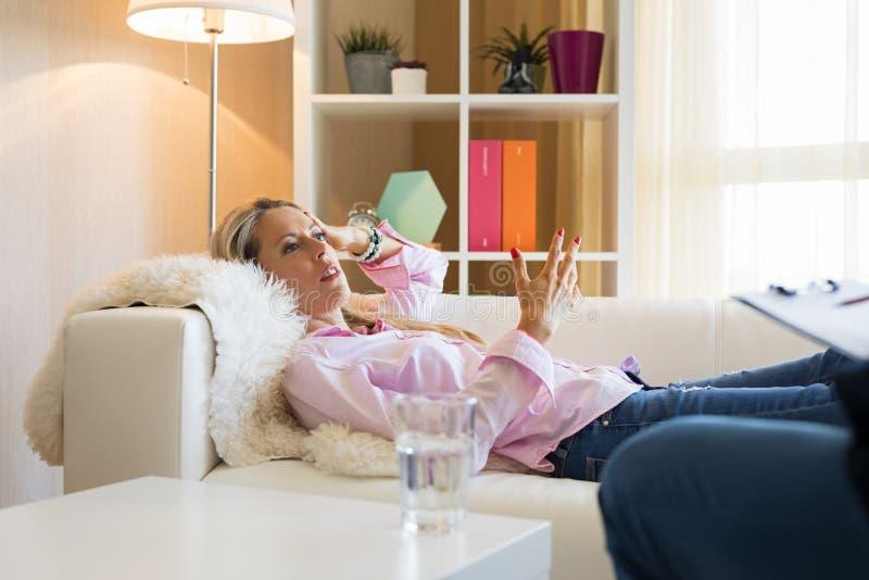 Femme ayant la session de thérapie image stock