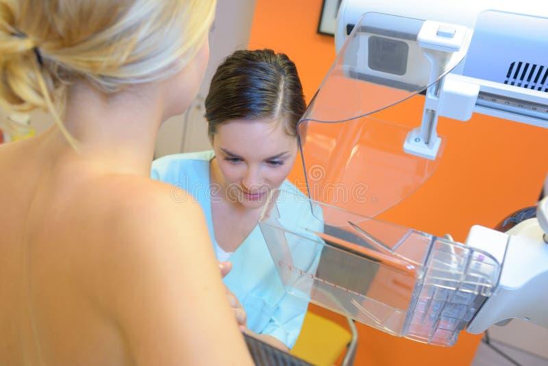 Femme ayant le dépistage du cancer du sein images stock