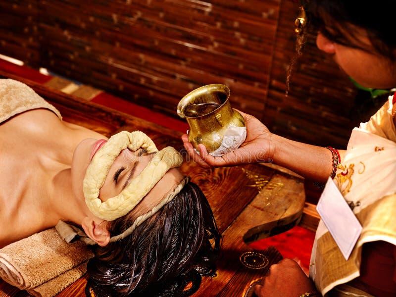 Femme ayant le masque à la station thermale d'ayurveda image libre de droits