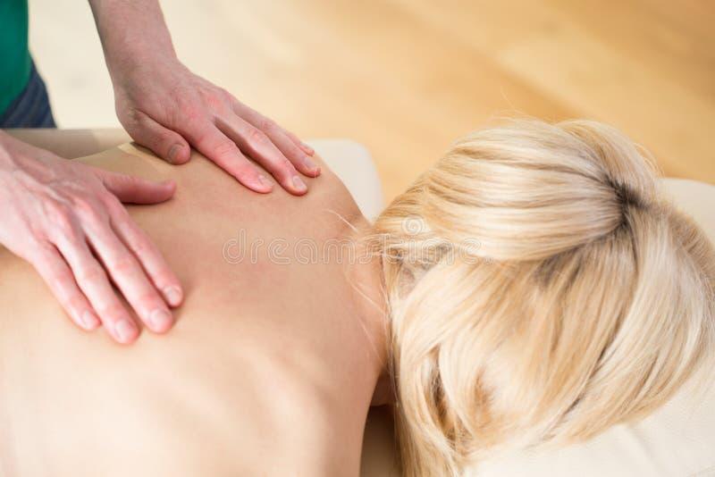 Femme ayant le massage image stock