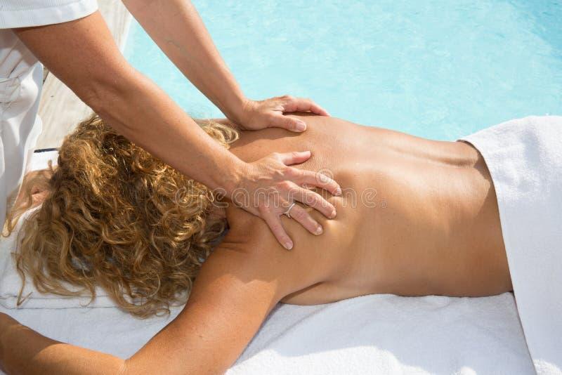 Femme ayant le massage dans le salon de station thermale Concept de demande de règlement de beauté photos libres de droits