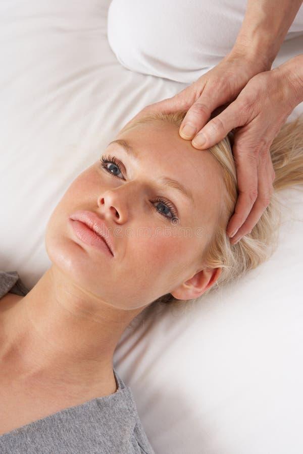Femme ayant le massage de Shiatsu à diriger photos stock