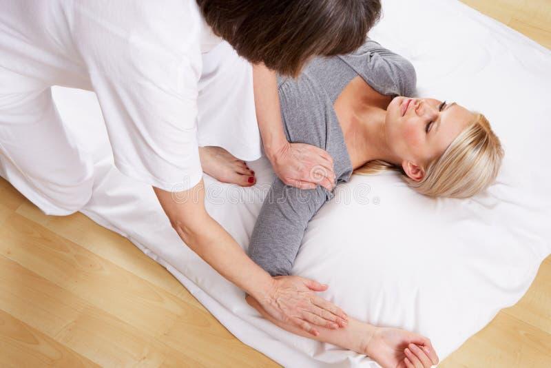 Femme ayant le massage de Shiatsu image stock