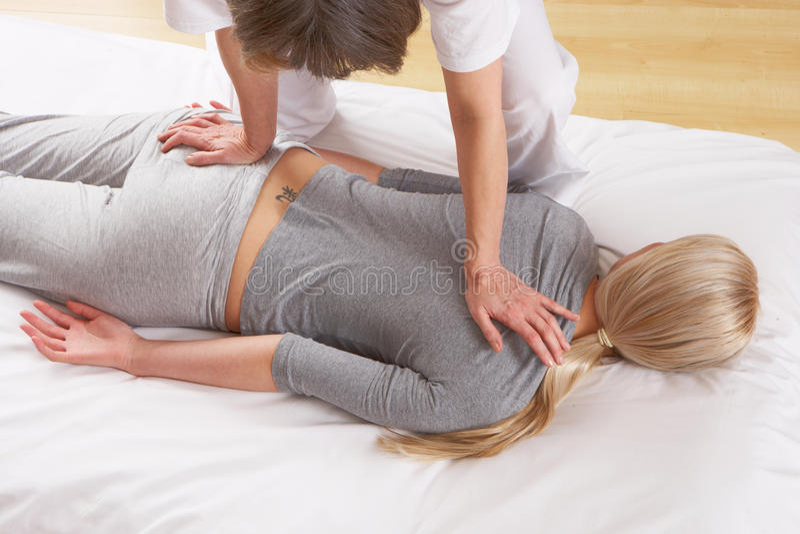 Femme ayant le massage de Shiatsu photographie stock libre de droits