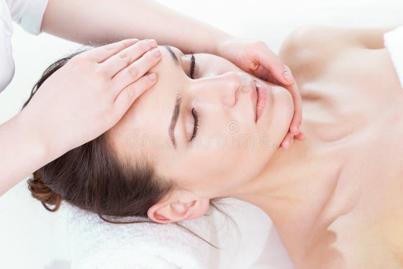 Femme ayant le massage de visage images libres de droits