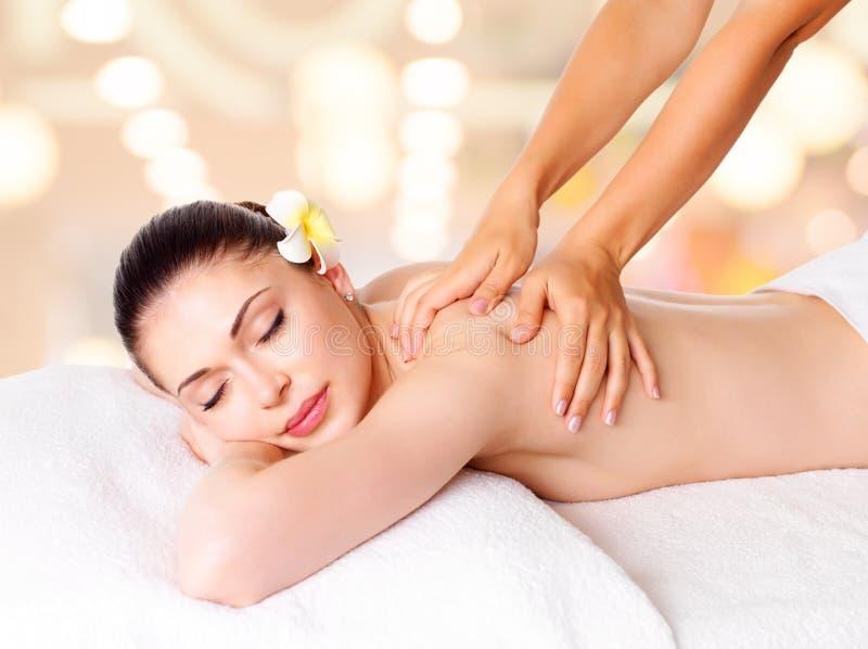 Femme ayant le massage du fuselage dans le salon de station thermale photographie stock libre de droits