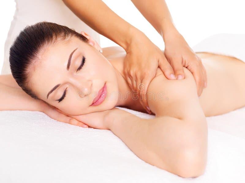 Femme ayant le massage du fuselage dans le salon de station thermale images stock