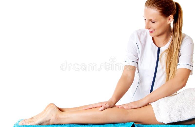 Femme ayant le massage du fuselage dans le salon de station thermale Concept de demande de règlement de beauté image stock