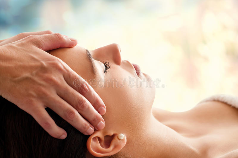 Femme ayant le massage facial images stock