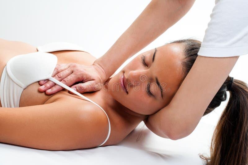 Femme ayant le massage osteopathic de cou image stock