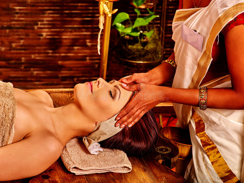 Femme ayant le traitement de station thermale d'ayurveda image stock