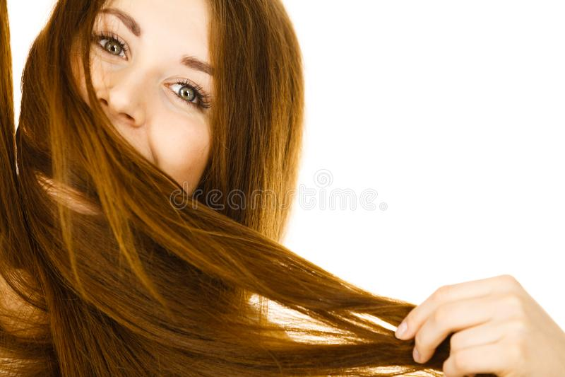 Femme ayant le visage couvert de ses cheveux bruns photographie stock