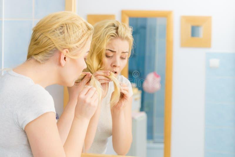 Femme ayant les cheveux blonds de pointes fourchues photographie stock