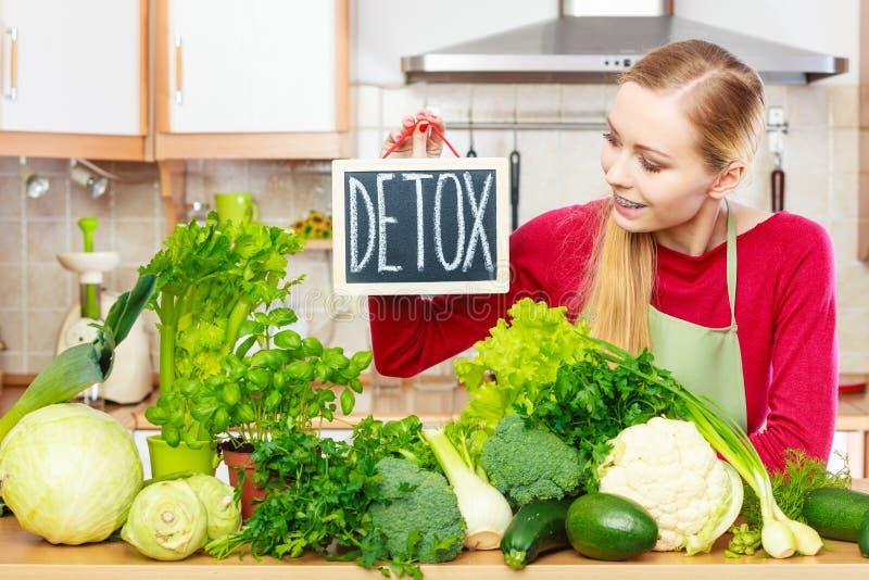 Femme ayant les légumes verts de régime, signe de detox image stock