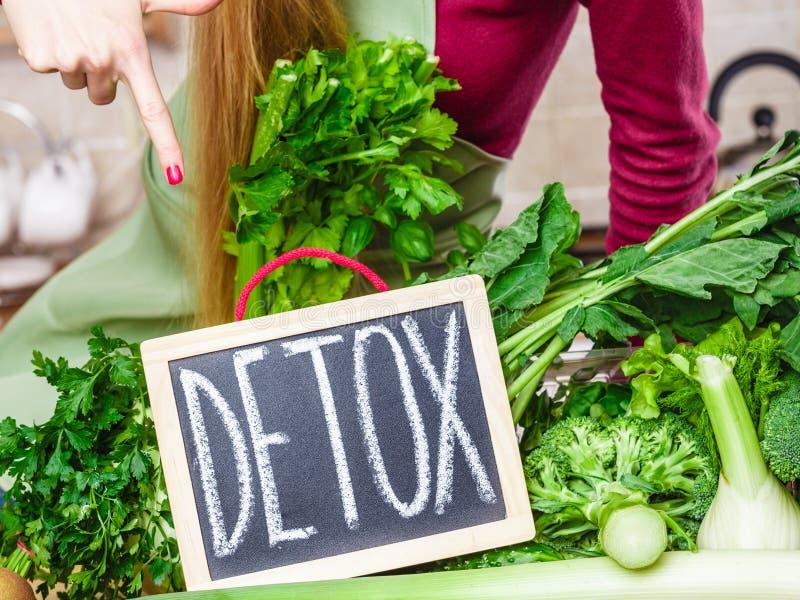 Femme ayant les légumes verts de régime, signe de detox photo stock