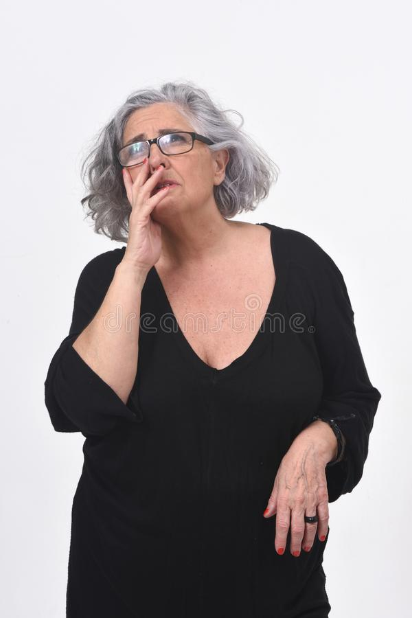 Femme ayant un doute ou une question sur le fond blanc image stock
