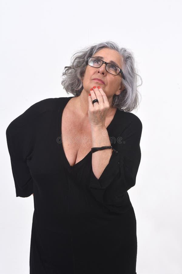 Femme ayant un doute ou une question sur le fond blanc photographie stock libre de droits