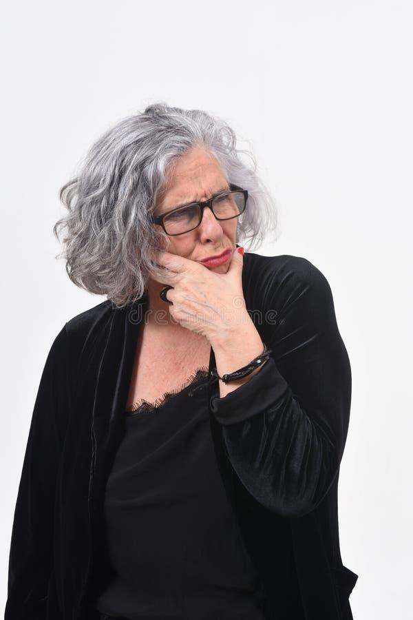 Femme ayant un doute ou une question sur le fond blanc photos libres de droits