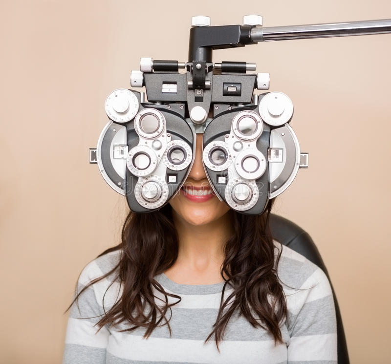 Femme ayant un essai d'oeil image stock