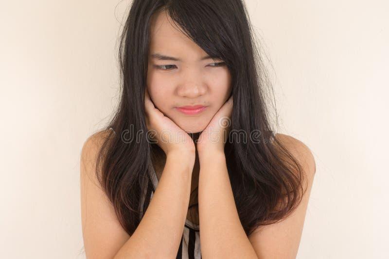 Femme ayant un mal de dents image libre de droits