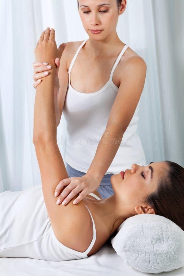 Femme ayant un massage de bras photos libres de droits