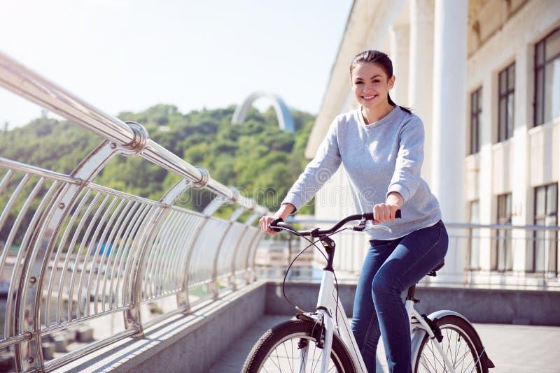Femme ayant un repos sur le vélo images stock