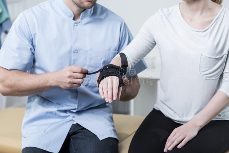 Femme ayant un stabilisateur de poignet images stock