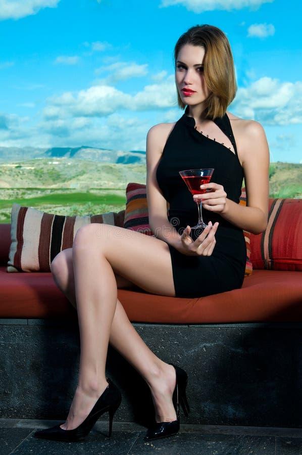 Femme ayant une boisson alcoolisée martini photographie stock libre de droits