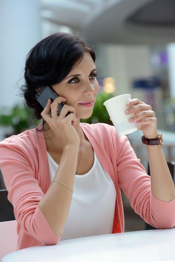 Femme ayant une café-coupure photos libres de droits